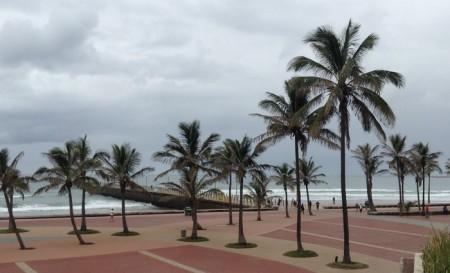 Temps maussade à Durban mais superbe front de mer avec des plages pour surfeurs