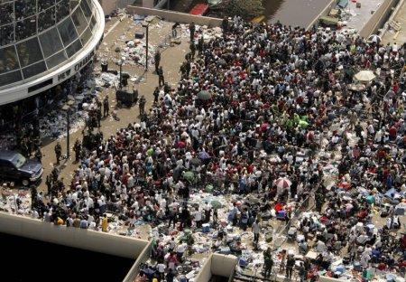 Des milliers de sinistrés parqués devant le Superdome attendent d'être évacués, le 2 septembre 2005 (photo AFP)