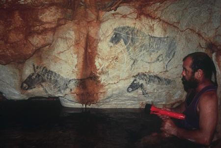 Henri Cosquer dans la grotte du même nom